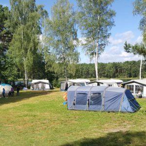 Kompleks Wypoczynkowy ZACISZE – Nasz obiekt jest na tyle duży, że do Państwa dyspozycji jest również ogrodzone pole namiotowe przy samym lesie.