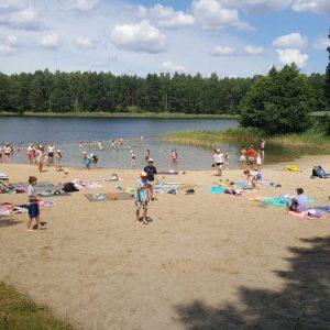 Kompleks Wypoczynkowy ZACISZE – Tuż obok ośrodka znajduje się jezioro z kąpieliskiem, posiadamy też własną wypożyczalnię sprzętu wodnego i leżaków.