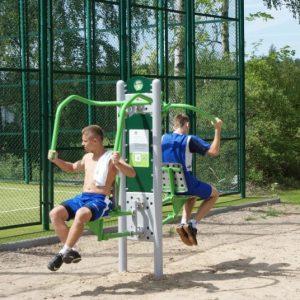 Kompleks Wypoczynkowy ZACISZE – Nasz obiekt posiada siłownię plenerową wyposażoną w bezpieczne urządzenia rekreacyjne zachęcające do sportu na powietrzu.