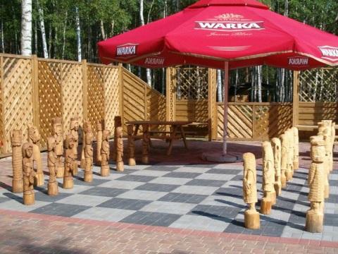 Kompleks Wypoczynkowy ZACISZE – Do Państwa dyspozycji są szachy ogrodowe, które stanowią świetną okazję do plenerowych pojedynków na świeżym powietrzu.