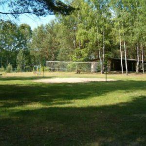 Kompleks Wypoczynkowy ZACISZE – Zachęcamy do świetnej i aktywnej zabawy podczas gry w siatkówkę na boisku dostępnym dla wypoczywających u nas gości.