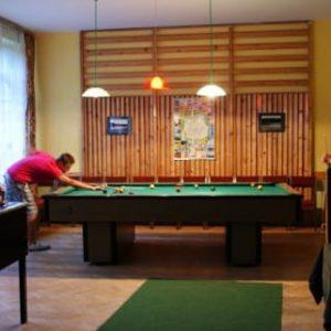 Kompleks Wypoczynkowy ZACISZE – Nasi goście mogą korzystać ze stołu bilardowego, gra stanowi świetną formę rozrywki dla każdej grupy wiekowej.