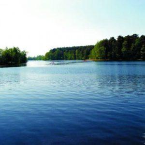 Kompleks Wypoczynkowy ZACISZE – Ośrodek otoczony jest niespotykanymi krajobrazami, malowniczym jeziorem i lasami, które zafascynują każdego gościa.