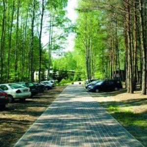 Kompleks Wypoczynkowy ZACISZE – Naszym gościom zapewniamy miejsca parkingowe, posiadamy nieodpłatny, niestrzeżony parking na terenie kompleksu.