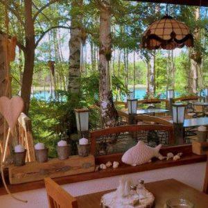 Kompleks Wypoczynkowy ZACISZE – Oferujemy Państwu możliwość spróbowania lokalnych dań w naszej restauracji, z której rozciąga się widok na jezioro.