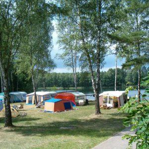 Kompleks Wypoczynkowy ZACISZE – Wybierz się z rodziną na niezapomniane wakacje pod namiotem tuż u wybrzeża malowniczego jeziora otoczonego lasem sosnowym.