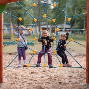 Kompleks Wypoczynkowy ZACISZE – Nasz ośrodek wyposażony jest w atrakcyjny i bardzo nowoczesny plac zabaw, który zapewni twoim dzieciom dużo frajdy.