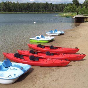 Kompleks Wypoczynkowy ZACISZE – Oferujemy naszym gościom możliwość wypożyczenia sprzętu wodnego i podziwiania przyrody podczas pływania po jeziorze.