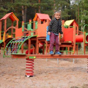 Kompleks Wypoczynkowy ZACISZE – Posiadamy nowoczesny i bezpieczny plac zabaw, który będzie świetną rozrywką i zajęciem na powietrzu dla Twoich pociech.