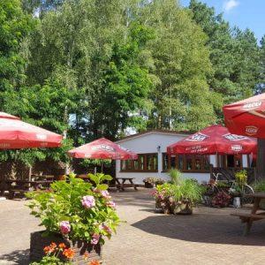 Kompleks Wypoczynkowy ZACISZE – Nasz ogrodzony kompleks położony nad jeziorem, w niewielkiej wsi Okoniny, to aż 15 hektarów do Państwa dyspozycji.